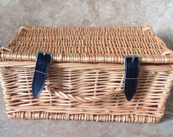 Basket with hinged lid and straps with buckles