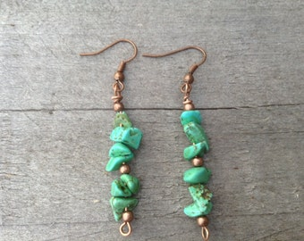 Turquoise chips with copper finishing.