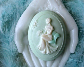 Cameo Soap with Aloe Bette