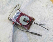 Médaillon rouge - Broche/Pin/Wearable Art/rustique mixte Textile