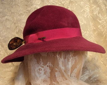 Retro Majenta felt hat with feather hatpin,  vintage 1980's style, womens hat