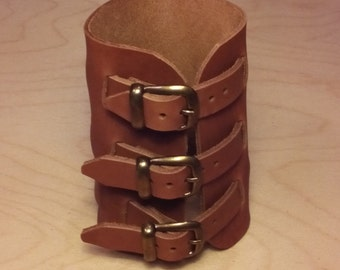 Leather wristband with 3 buckles. PB3B