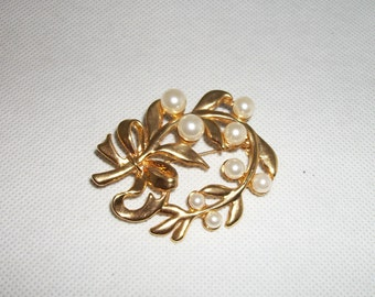Faux Pearl Gold-tone Leaves Brooch/Pin