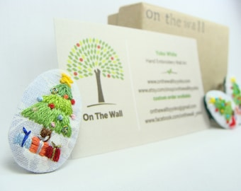 Hand Embroidered Christmas Tree Pin / Brooch - multiple purchase discount available, 1 inch