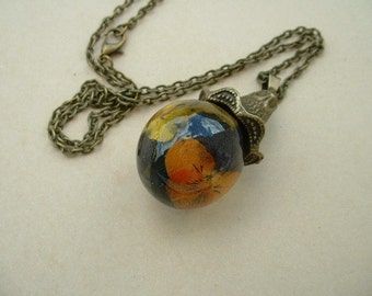 Resin 25mm with inclusion pendees orange and yellow bubble