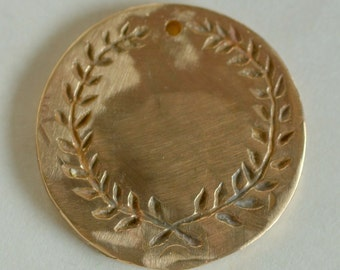 Laurel Medallion with Delicate Cut Leaves
