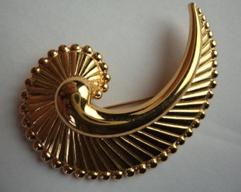 Vintage Signed Monet Goldtone Conche Shell Brooch/Pin