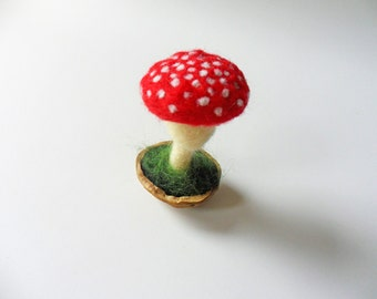 Felt Tiny Red Toadstool  in Walnut Shell Pot Home Decoration Woodland Room Decor Party Favor Felted Everlasting Plants Table Ornaments