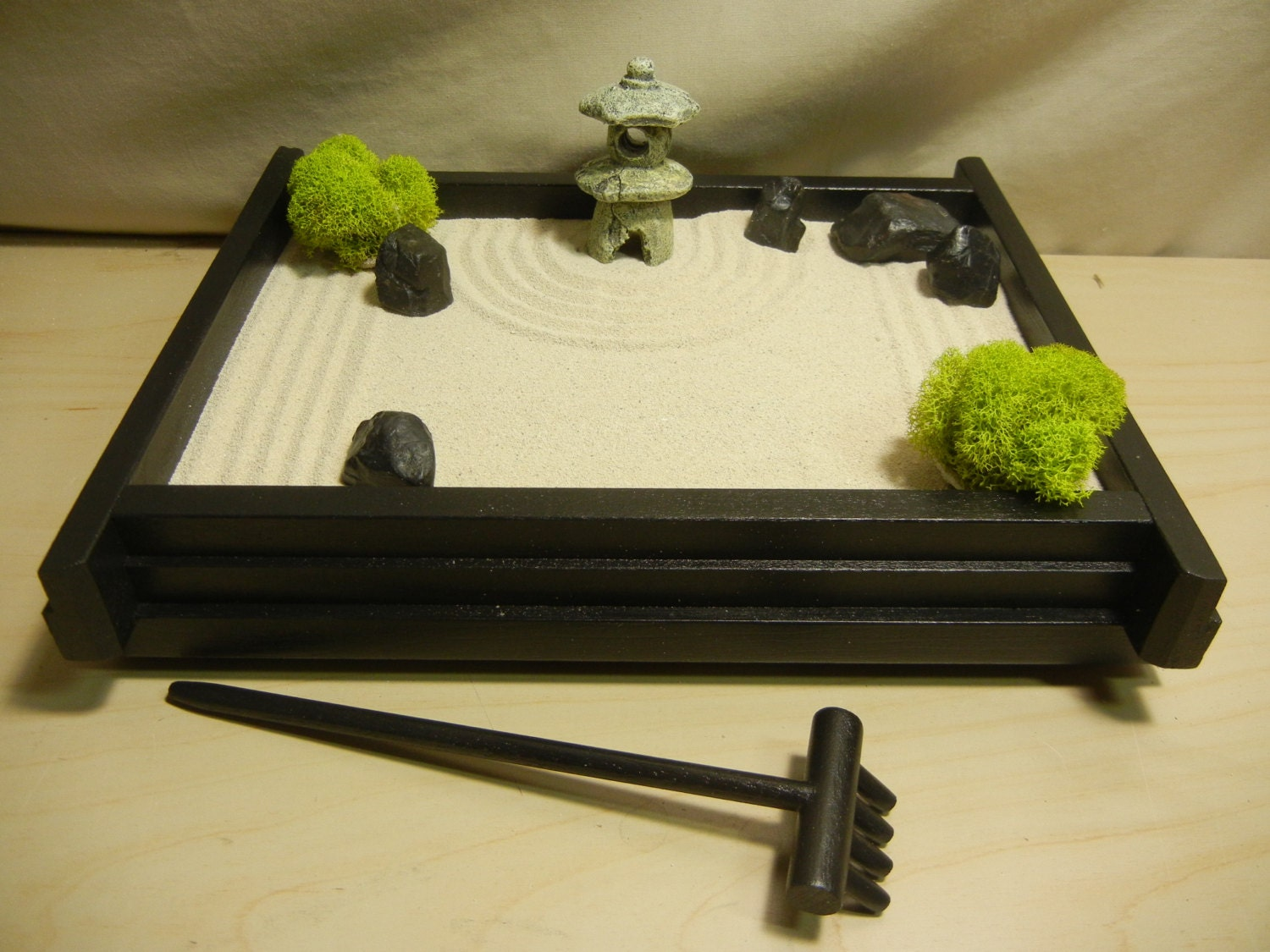 S03p small desk or table top zen garden with pagoda lantern for Table zen garden