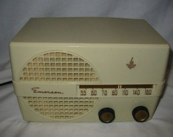 1950 Emerson Model 652B ivory color plastic case 5 tube table top AM radio