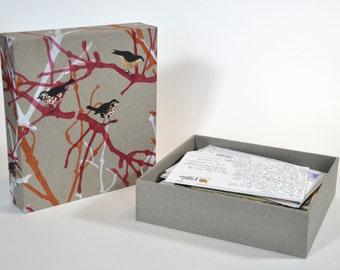 Souvenirdoos met linoprint patroon. Bewaardoos voor brieven en kaarten.