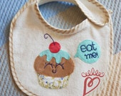 "Cupcake Bib ""Eat me!"", baby accessories, handmade in patchwork"