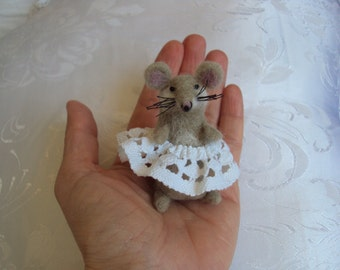 ooak needle felted mouse girl miniature, hand made in pure wool, collectible