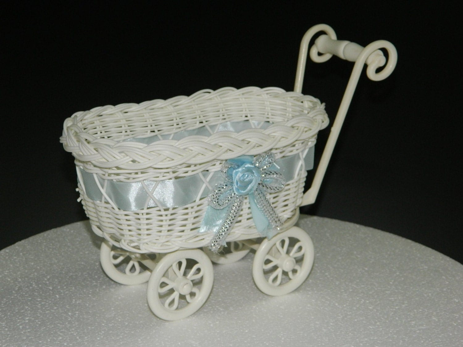 Baby shower decoration vintage baby carriage carriage cake for Baby carriage decoration