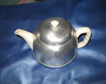 Tea pot with cozy