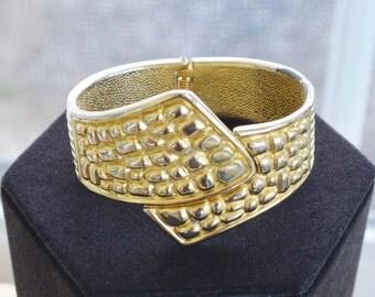 Pretty Vintage Gold tone Clamper Bracelet (AD1)