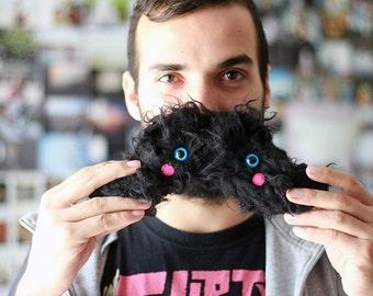 Peluche moustache : humour personnage fausse fourrure noire
