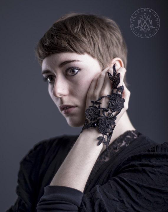 Tiny fingerless glove // Black flower Venise lace // One fingerless glove