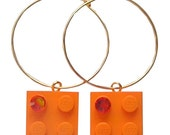 Orange LEGO (R) brick 2x2 with an Orange SWAROVSKI crystal on a Silver/Gold plated hoop