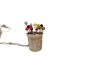 Long necklace with pendant thimble and colored pins, mod. Cuore
