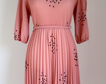 Dusky Pink vintage dress pleated 50's 60's with star pattern and belt and high collar slit sleeves.