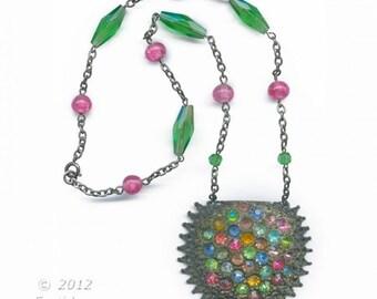 Vintage multi colored rhinestone pendant necklace. (nlbg2026)