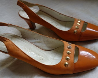 Vintage DeLiso Debs 1960s 1970s orange sling back heels patent and suede leather brass studs retro costume mad men Peggy 1960s size 7.5