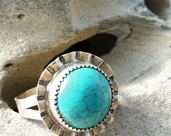 Turquoise and silver ring with scalloped edge. Size 10 1/2