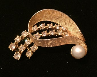 Vintage gold tone rhinestone and pearl brooch
