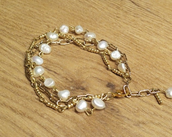 Very beautiful handmade bracelet with genuine pearls and glass beads