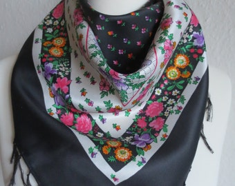 Cloth with flower pattern of Twill fabric with handmade fringe at the hem. Summery! Well done! Colorful!