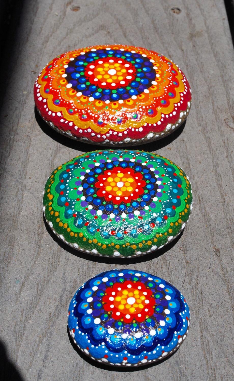 Tres piedras de r o pintadas piedras paz mandala de piedras - Piedras de rio pintadas ...