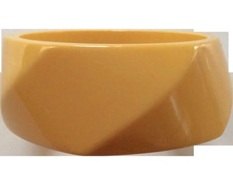 VINTAGE WIDE Chunky swirl Bakelite bangle in butterscotch
