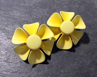 YELLOW Enamel Flower Earrings VINTAGE Clip Earrings Enamel Bright Yellow Enamel Clip Earrings Spring Wedding Vintage Jewelry Supplies (J112)