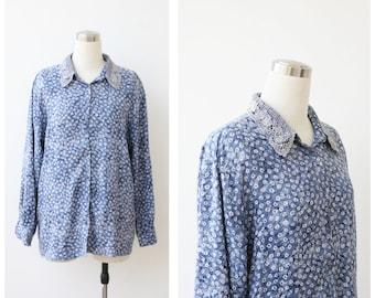 1980s floral shirt button front blouse, denim blue daisy print top L XL