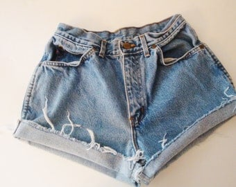 Vintage CHIC High Waisted Denim Cut-Off Jean Shorts - Indie Boho Chic. Retro. Size S Small. - Size 26 w