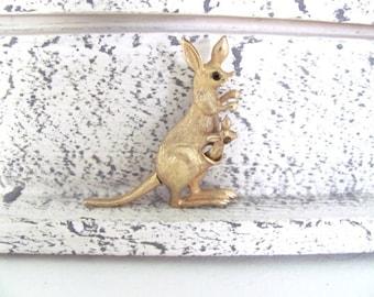 Vintage Kangaroo Brooch, 1970's Avon Articulated Gold Kangaroo Brooch, Pin, Animal Brooch, Gold Kangaroo Pin, 1970's Brooch, Jewelry