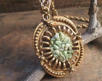 stunning vintage gold tone natural jade or agate chips pendant necklace