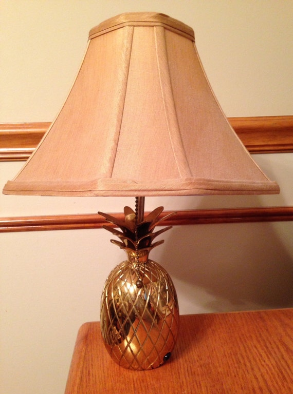 vintage heavy shiny brass pineapple table lamp by berman. Black Bedroom Furniture Sets. Home Design Ideas