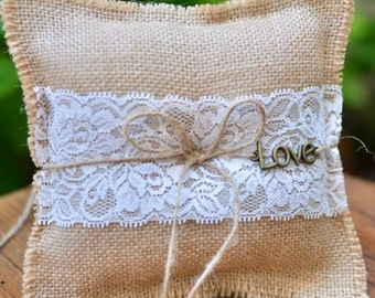Coussin d'alliance jute, dentelle et charms LOVE, ring pillow burlap, lace and charms LOVE