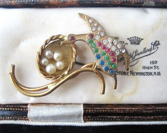 VINTAGE JEWELLERY –bird  & nest with faux pearl eggs diamante brooch