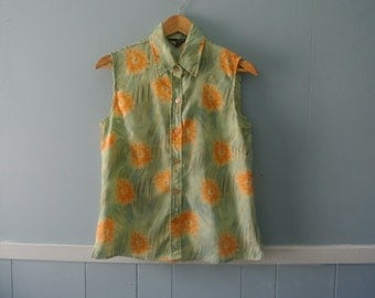 Women's vintage floral print shirt / sleeveless blouse / size small to medium