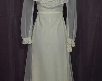 Vintage 1970s Peasant Style Lace Ruffle & Bustle White Long Sleeve Wedding Dress Gown Size 11-12