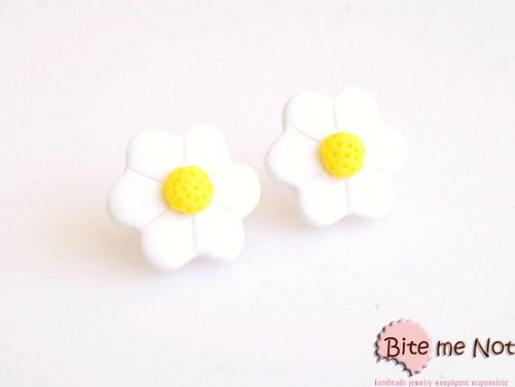Mini Daisy Studs, Polymer Clay Earrings, Flower Post Earrings, Spring Accessories, Cute Jewelry, Kawaii jewelry, Mini Daisy Stud Earrings