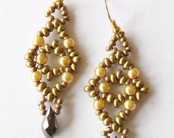 Earrings baroque style weaved in golden seedbeads and emerald crystal drop