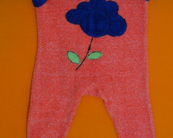 Cute vintage romper / onesie in blue and red velours with flower applique, seventies, size 50 / 56 (cm)
