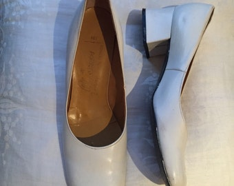 White 1960s vintage leather pumps with block heel