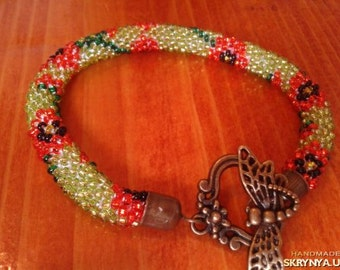 bracelet with beads 'Poppies' on green background