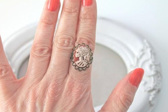 Small Skeleton lady gothic ring Lolita Kawaii noir brown ivory