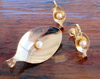 Gold  Plated Spoon Pin with Pearl and Matching Screw-Back Earrings Vintage 1950s